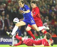 Robben có cơ hội lập công, nhưng không thắng được thủ thành chủ nhà.