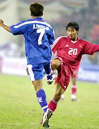 Quốc Vượng (đỏ) có cơ hội gặp lại Thonglao tại Agribank. Ảnh: Anh Tuấn