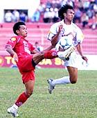 Bình Định (đỏ) biến Nam Định thành cựu vô địch. Ảnh: