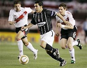 Carlos Tevez (đen) vờn bóng trước hai cầu thủ River Plate tại Copa Sundamericana (Cup C3 Nam Mỹ).
