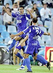 Các cầu thủ Getafe bay bổng sau khi hạ Valencia 2-1.