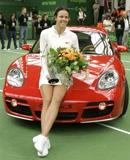 Lindsay Davenport bên chiếc xe phần thưởng của giải đấu.
