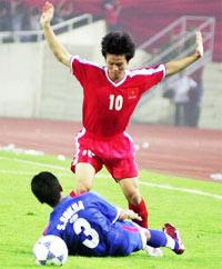 U23 VN (đỏ) có thể phải sớm giao đấu với Thái Lan ở bán kết. Ảnh: Anh Tuấn