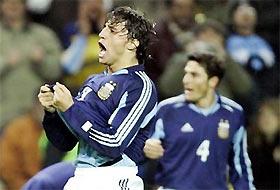 """Bàn mở tỷ số của Crespo chỉ càng làm Anh thi đấu thêm """"máu lửa""""."""