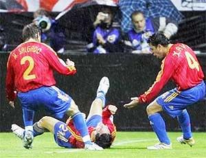 Các cầu thủ Tây Ban Nha chúc mừng pha ghi bàn của Luis Garcia (giữa).