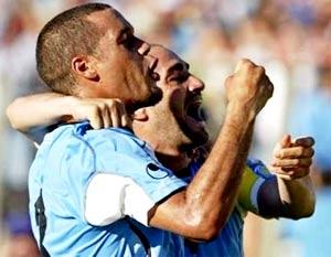 Dario Rodriguez (trái) chia sẻ niềm vui ghi bàn cùng đồng đội.