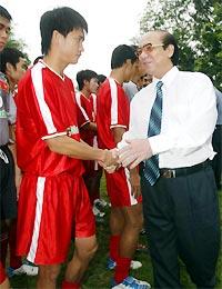 Bộ trưởng Chủ nhiệm UB TDTT Nguyễn Danh Thái động viên tinh thần đội U23 VN. Ảnh: Trường Huy