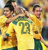 Các cầu thủ Australia chúc mừng pha ghi bàn của Marco Bresciano