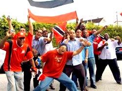 Các fan Trinidad & Tobago ăn mừng chiến thắng lịch sử của đội nhà.