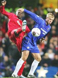 Không dễ bắt kịp Chelsea (xanh).