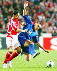 Alan Smith (xanh) sẽ kịp đứng dậy sau cú vấp ngã ở Champions League?