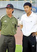 HLV Nguyễn Thành Vinh (trái) và cựu tuyển thủ Hữu Thắng.