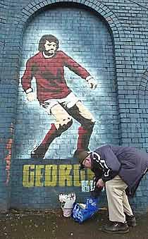 Người hâm mộ tưởng niệm George Best.