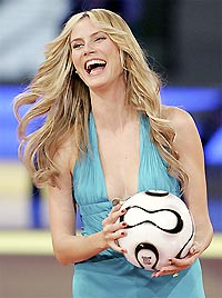 Siêu mẫu Đức, Heidi Klum bốc thăm chia bảng World Cup 2006, kết thúc năm cũ, khởi đầu sự kiện lớn cho năm tới.