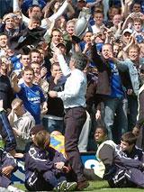 Mourinho tặng huy chương vàng cho các CĐV.