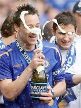 Thủ quân Terry bật champagne ăn mừng. (AP)