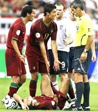 Ronaldo đang trình bày với trọng tài sau khi Rooney phạm lỗi với Carvalho. Ảnh: AP