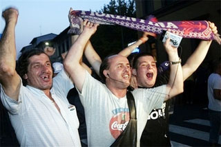 Niềm vui của các tifosi Fiorentina sau khi được tin về bản án phúc thẩm. Ảnh: AP