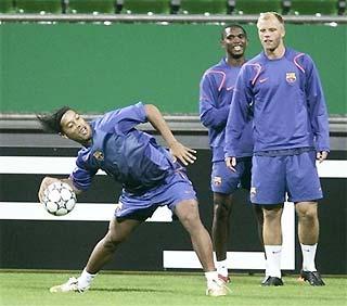 Các cầu thủ Barca hưng phấn trên sân tập tại Đức.