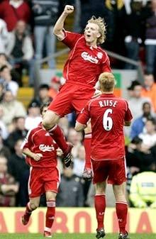 Dirk Kuyt góp sức đưa Liverpool trở lại với niềm vui chiến thắng. Ảnh: AP.
