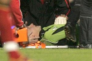 Thủ môn Niemi được đưa lên cáng ra sân.