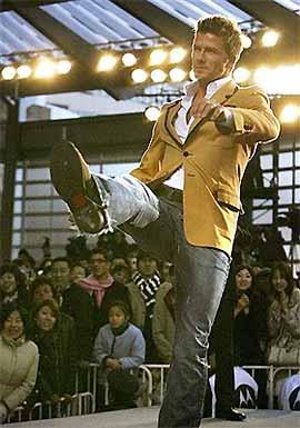 Tuy không còn ở phong độ đỉnh cao nhưng Beckham vẫn là thần tượng của hàng triệu CĐV, đặc biệt ở khu vực châu Á. Trong kỳ nghỉ đón năm mới, Beckham tranh thủ tham gia một show quảng cáo tại Nhật Bản và nhận được tình cảm nồng nhiệt của người dân nơi đây.
