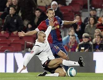 Carlos Diogo cản phá Zambrotta trong trận Zaragoza thắng Barca ở Cúp nhà vua.