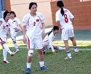 Buồn nhưng các nữ tuyển thủ vẫn nỗ lực tập luyện để hoàn thành nhiệm vụ.