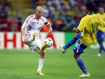 Cuộc đối đầu giữa Zidane và Ronaldinho ở tứ kết World Cup 2006.