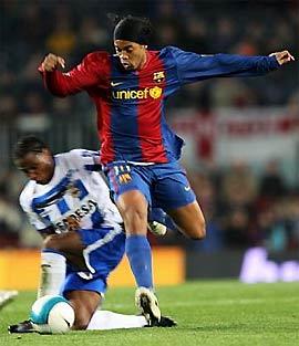 Ronaldinho vượt qua Andrade, hậu vệ của Deportivo đang được Barca theo đuổi.
