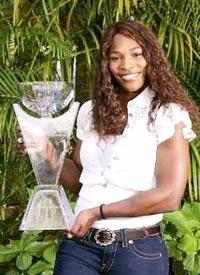 Serena Williams và phần thưởng chiến thắng. Ảnh: Reuters.