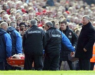 Ngài Ferguson (phải) âu lo khi chứng kiến Vidic đau đớn rời sân trên cáng. Ảnh: AP.