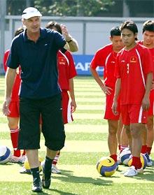HLV Riedl vẫn muốn có Huy Hoàng (trái) trong đội hình. Ảnh: Trường Huy
