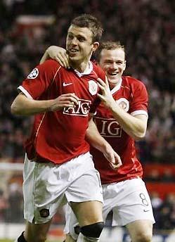 Carrick và Rooney ăn mừng sau bàn thắng thứ năm của MU.