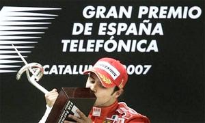 Felipe Massa đón phần thưởng chiến thắng.