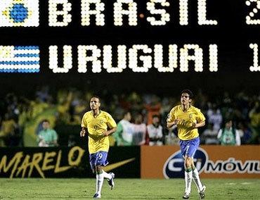 Nếu không có thần tài Fabiano (trái), Brazil khó làm trên trận thắng 2-1 trước Uruguay. Ảnh: AP.