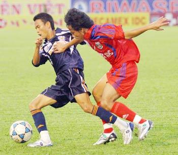 Các cầu thủ Bình Dương (đỏ) thể hiện phong độ trở lại bằng chiến thắng 2-0 trước Đà Nẵng.