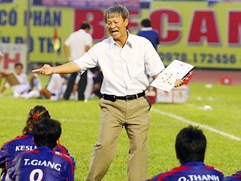 Trên sân nhà, HLV Lê Thụy Hải chưa giúp Bình Dương có trận thắng nào tại V-League. Ảnh: An Nhơn.