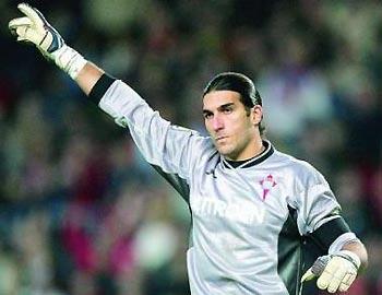 Pinto có vẻ bề ngoài cao lớn (1,86 m) và mái tóc giống tiền vệ Marquez của Barca.