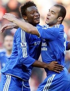 Alex (phải) chia sẻ niềm vui ghi bàn với đồng đội.