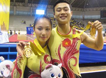 Hà và Đông bên nhau lúc giành được HC vàng SEA Games.