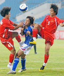 U23 Việt Nam chơi quyết liệt, nhưng không đủ cản bước Nhật Bản. Ảnh: Hoàng Hà.
