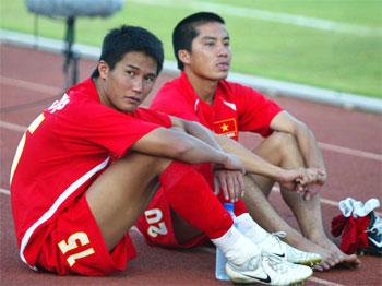 Các cầu thủ buồn sau trận thua bán kết.