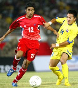 Tiền đạo Winothai của Thái Lan (phải) trong trận thắng Myanmar. Ảnh: Trường Huy.