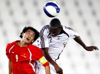 Công Vinh tranh bóng với cầu thủ Qatar tối qua. Ảnh: Reuters.
