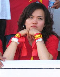 CĐV Việt Nam trên SVĐ ở Korat thất vọng sau trận đấu. Ảnh: Minh Kha.