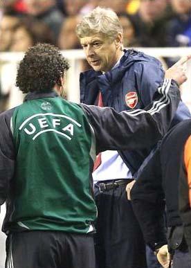 """HLV Wenger """"mặt nặng"""" với trọng tài thứ tư Reinold Wiedemeijer, tại sân Sanchez Pizjuan."""