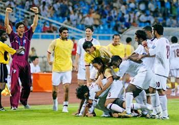 Qatar ăn mừng bàn gỡ hoà phút 88, sau khi Takahara đưa Nhật vượt lên dẫn 1-0 ở phút 61. Ảnh: AFC.
