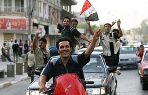 Người dân Iraq vui sướng vẫy cờ trên đường phố, sau chiến thắng của đội tuyển bóng đá trước Việt Nam ở tứ kết. Ảnh: AP.