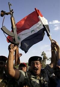 Một quân nhân Iraq ở Najaf mừng chiến thắng của đội tuyển bóng đá. Ảnh: